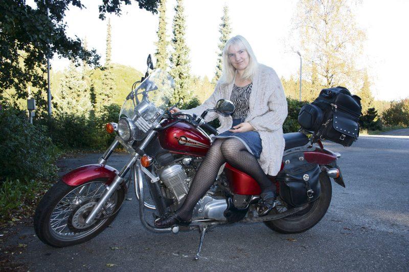 Sigita Herralan yksi rakas harrastus ovat moottoripyörät. Hän kulkee noin 30 kilometrin pituisen työmatkan kaksipyöräisellä. Mimosassa työskentelevä Herranen on eri kulttuurien kanssa tekemisissä päivittäin. – Eräs päivä minulle tuli asiakas Afrikasta, joka puhui Venäjää, se oli erikoista.