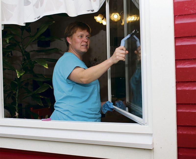 Anne Roivaksella ikkunanpesu hoituu nyt helposti.  Vanhoissa sisäikkunoissa ei ollut saranoita, joten niiden poistamiseen tarvitsi aina kaverin avuksi.