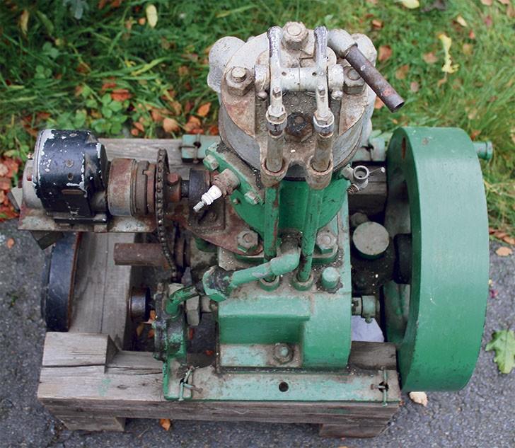 Noin 1,5 litran iskutilavuus. Paljoa yksinkertaisemmaksi ei ottomoottori voi paljoa enää muuttua. Sytytyspuoli toimii kampiakselin kautta ketjuvedolla. Huomaa myös ulkopuolinen venttiilikoneisto.