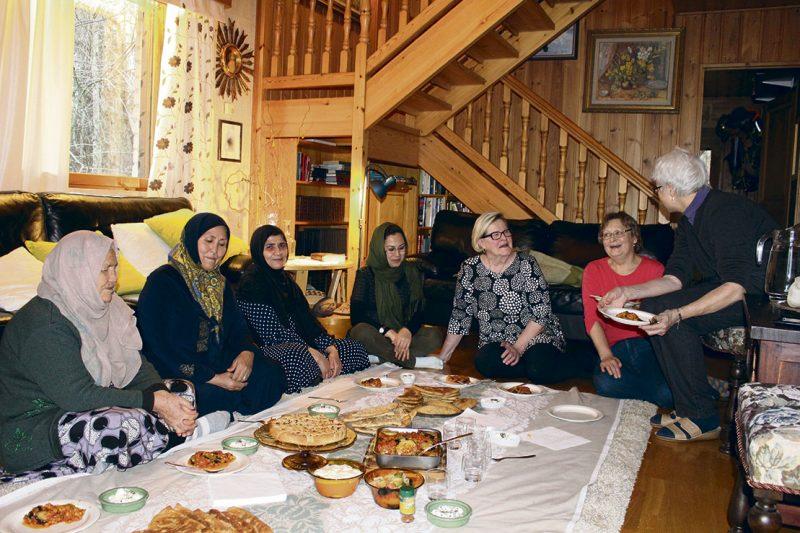 Afgaaninaisille lattialla ruokailu on arkipäiväistä. Suomalaisnaisille ateriointi aiheutti haasteita, sillä heidän polvensa eivät ole tottuneet lattialla koukisteluun.