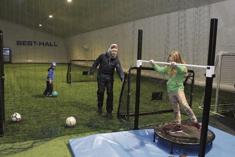 Janne Moilasen lapset ovat seuranneet hallin valmistumista alusta asti. Emilia tykkää eniten trampoliinista, kun taas Eemil pelaa mieluiten sählyä.