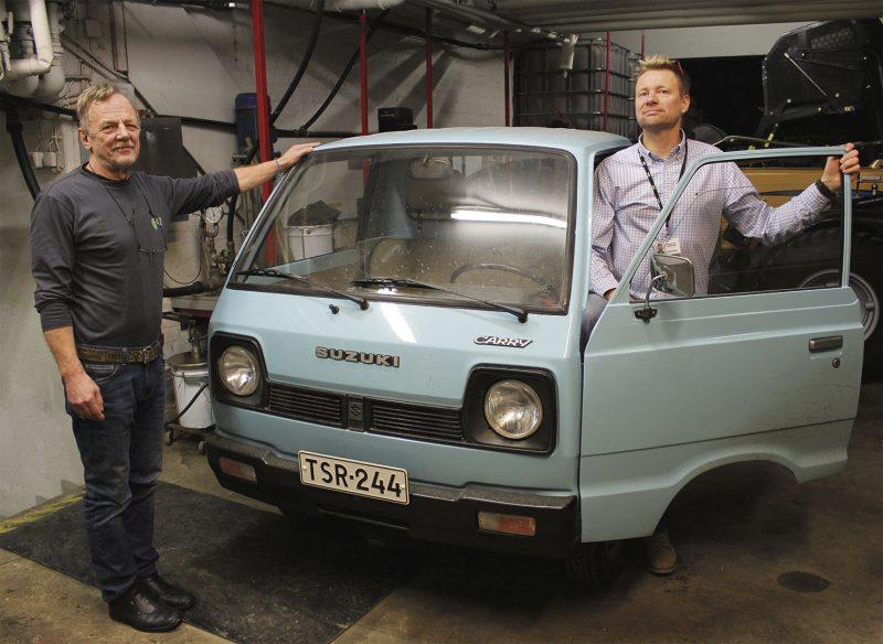 Kiinteistönhuoltohommiin lähdettiin 80-luvulla tällaisella autolla Olli Pylkkänen ja Kari Huttunen esittelevät.