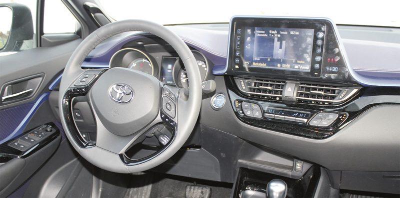 Sinistä linjaa. Medianäyttö on nykyaikaisen auton perusedellytys. CH-R:n tapauksessa värijuova kietoo ruudun osaksi sisäilmettä.