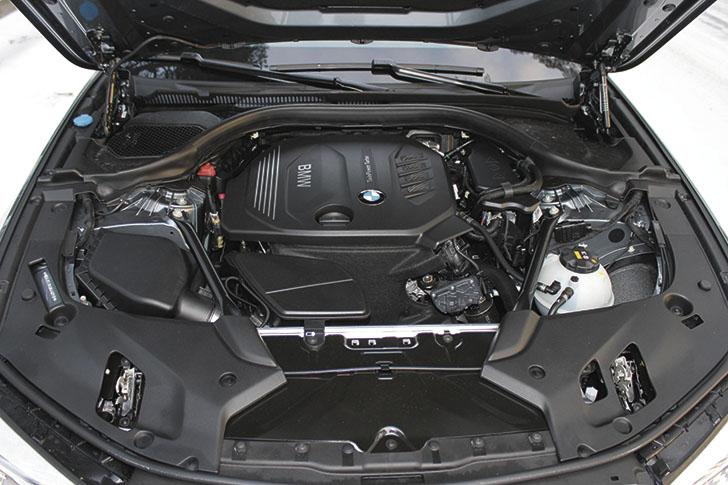 Tilaa on. Merkille ominaiseen tapaan moottori on sijoitettu lähelle tulipeltiä: siten tilaa on tarjolla suuremmallekin moottorille.