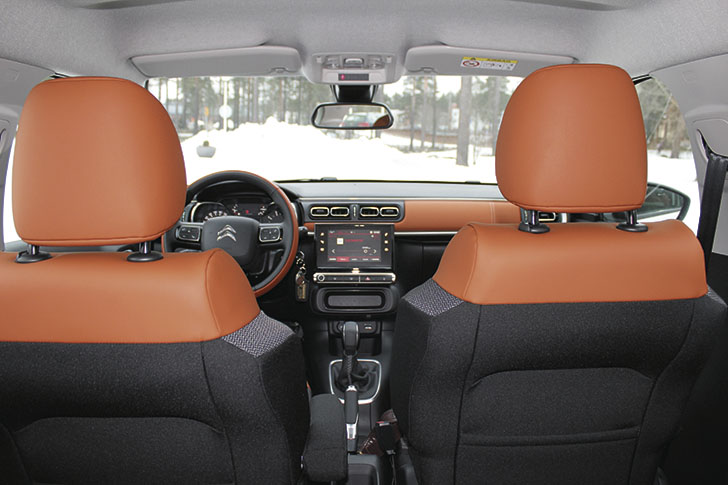 Leveät istuimet. Kaksivärinen sisustus luo juhlavan ilmeen edullisempaankin autoon.
