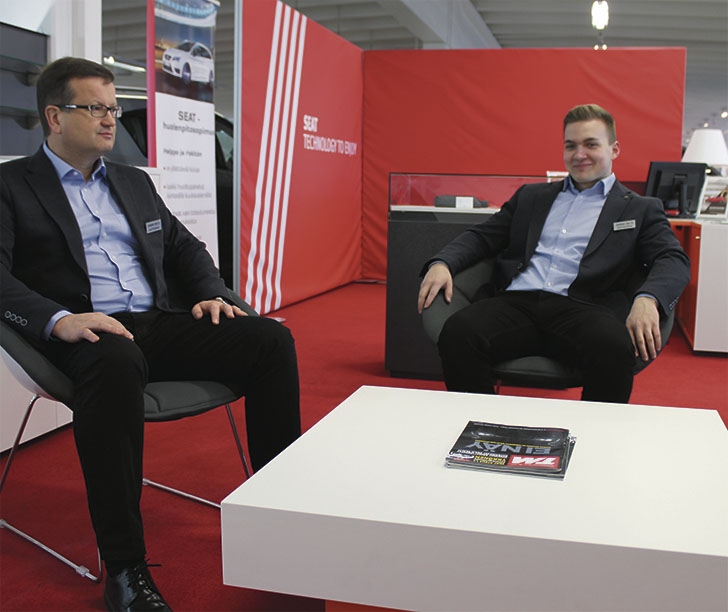 Punaista. Myyntipäällikkö Jouni Mustosen ja Seat-myyjä Tomi Pynnösen katse on uuden merkin osalta tulevaisuudessa.