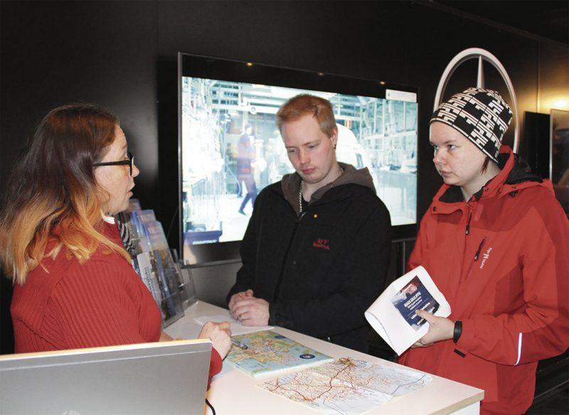 Suvi ja Jesse Torniainen tiedustelivat Sonja Stenmanilta Uudenkaupungin vuokra-asuntojen hintatasoa ja harrastusmahdollisuuksia.