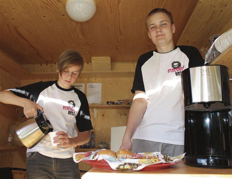 Veljekset Joona ja Eetu Ruuska olivat juuri keittäneet täyden pannullisen kahvia.