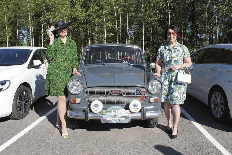 Suur-Saimaan ympäriajoon lähteneet arvon leidit, Tiina Kettunen ja Sari Lepo, osallistuivat myös asu-ajoneuvo-kilpailuun.