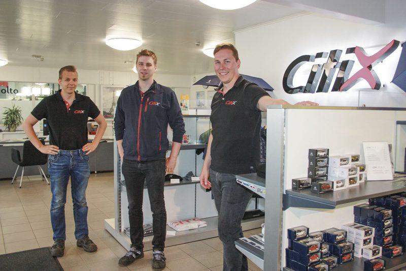 Yhteisvoimin. Yrittäminen on Citixissä Antti Ruusun ja Juha Anttosen harteilla. Työn vastaanotossa asiakkaita palvelee myös Pasi Koponen, kuvassa vasemmalla.