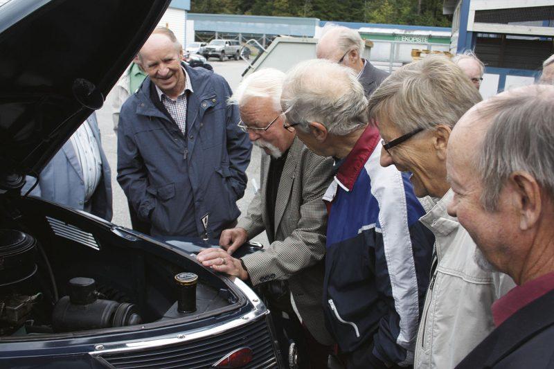 Käy kuin sukkasillaan. Vuoden 1937 Ford Tudor ja sen 12-sylinterinen moottori kiinnostivat vuonna 1967 opinahjonsa aloittaneita autoteknikoita.