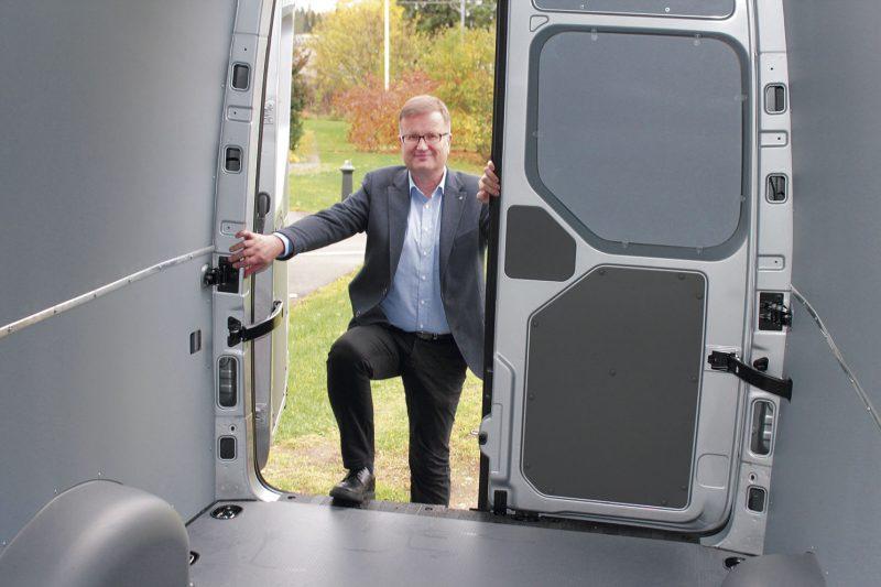 Mitä isompi, sitä pienempi. – Pakettiautojen autovero on suhteessa pienempi kun kantavuus on suurempi, kertoo myyntipäällikkö Jouni Mustonen Savilahden Auto Oy:stä.
