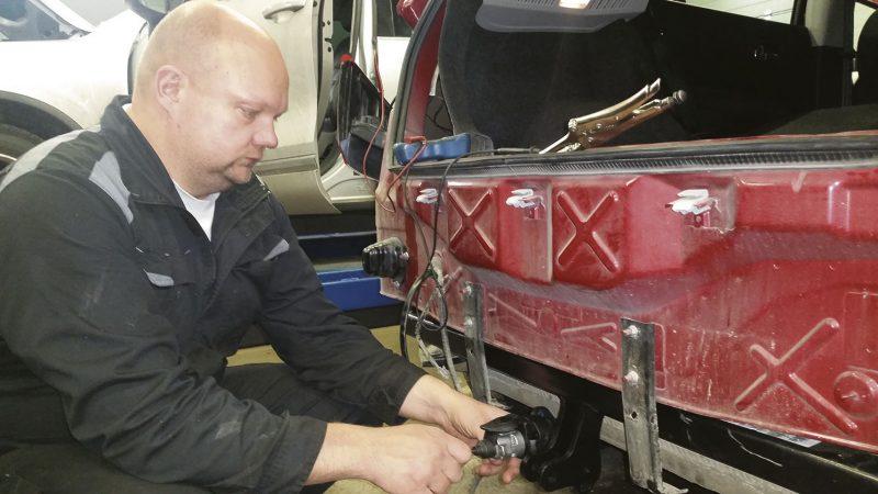 Testerin avulla. – Vetokoukkujen ja lisävalojen asennukset vaativat nykyään välineitä ja tietämystä, kertoo yrittäjä Ari Häkkinen Gas Sportilta.