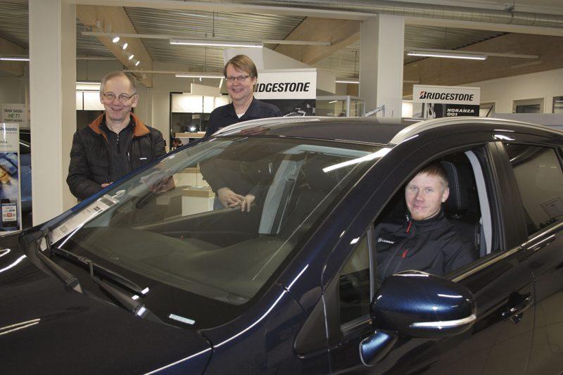 Tulevaisuuteen ohjaten. Simo Hotti (autossa) on aloittanut uusien merkkien myynnin Kinnarinkadulta käsin. Pekka Piispa ja Veijo Karjalainen työllistävät auto- ja konekaupan saralla pian jo 60 henkilöä Mikkelissä ja Savonlinnassa.