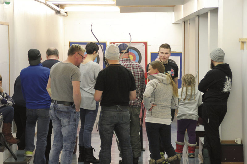 Kiinnostuneita jousiammuntaan tutustujia riitti viime tiistaina Urheilutalolla.