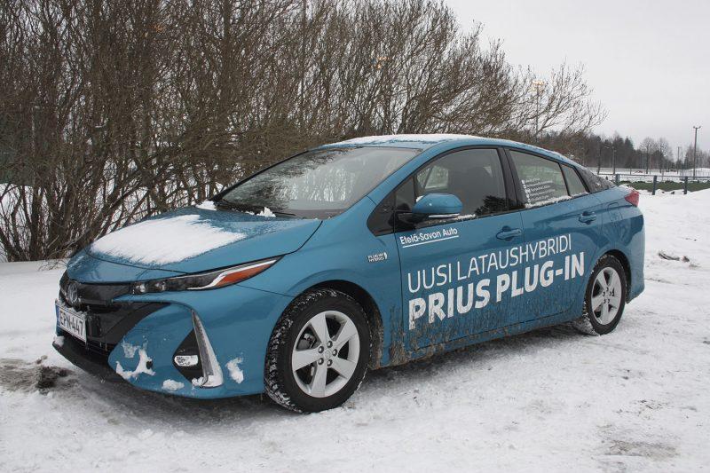 Ei sulata. Priuksella pärjää hyvin talvisessa säässä, tosin lumi ei sula etukannen päältä pelkällä sähköllä ajettaessa.