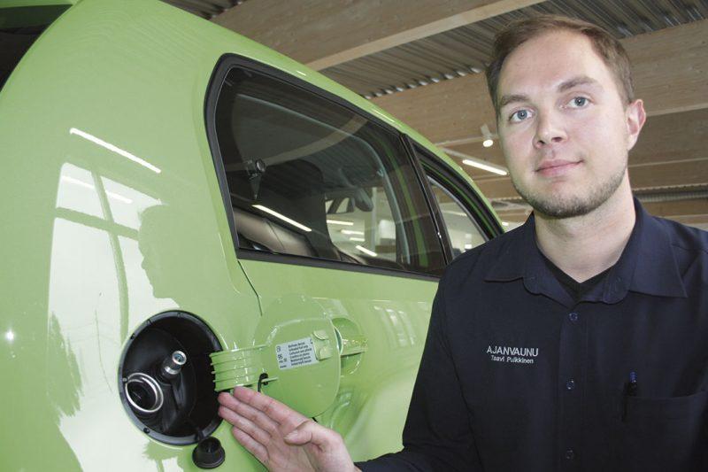 Kumpikin käy. Ajanvaunun tuotepäällikkö Taavi Pulkkinen kaasuauton erovaisuuden tankkausaukosta: bensaa isompaan putkeen ja kaasua pienempään.