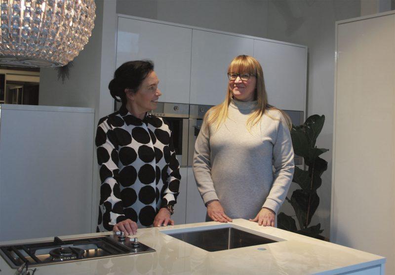 Yrittäjä Pia Leinonen ja suunnittelija Mervi Gynther kertovat asiakkaiden haluavan keittiöremontin valmiina pakettina.
