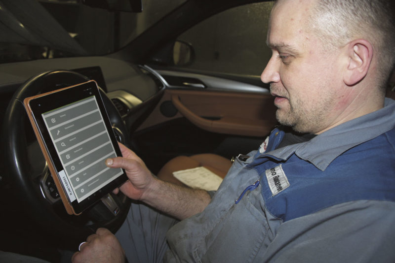 Tärkeää tietoa. Tiedon siirtäminen korjaustyön aikana vie ajoneuvokohtaisen tietokannan seuraavalle tasolle. Jarno Ruuskaselle tabletin käyttäminen on maistunut.