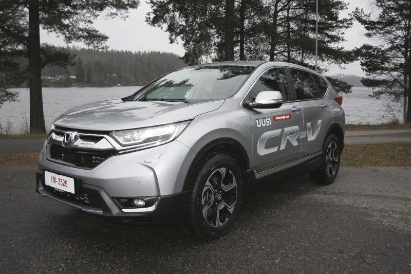 Kohta myös hybridi. Aluksi uuden CR-V:n pellin alle saa 1,5 litran bensaturbon. Pian saatavilla on myös hybridi, jonka markkinaosuudeksi Honda ennustaa vuonna 2025 jo 2/3 koko mallin myynnistä.