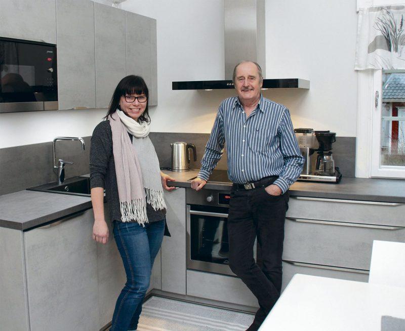 """Keittiö- ja kalustesuunnittelijaSaana Gustafsson–Purujärvi tutustuu suunnittelemaansa keittiöön Huuhanahossa talon isännän Seppo Tapion kanssa. – On kiva, jos asiakkaat huolivat vielä """"jälkitarkastusta"""" tekemään. Yleensä näen valmiit keittiöt vain paperilla. Mieluusti käyn paikan päällä toteamassa, että kaikki on kunnossa."""