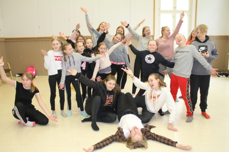 Vekkuliteatterilaiset harjoittelevat sunnuntaisin tulevia näytöksiä varten. Kuva: Tiina Bolz